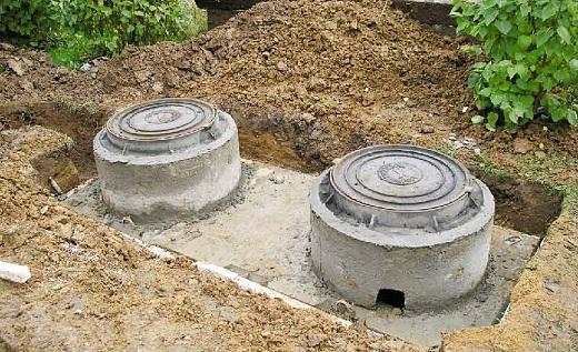 На фото показан процесс монтажа септика из бетонных колец