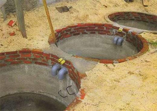 На фотографии показан процесс монтажа септика из колец