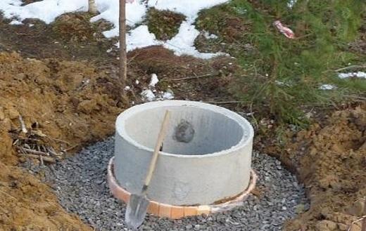 Горловина для септика из бетонного кольца на снимке