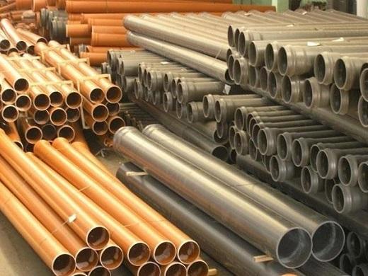 На фотографии ПВХ трубы для наружной канализации
