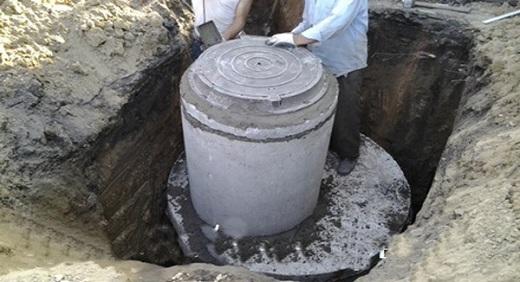 На фотографии изображен септик для бани из бетонных колец