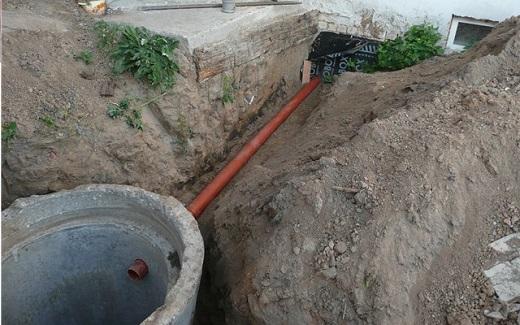 На фотографии видно канализационную трубу, подведенную к септику
