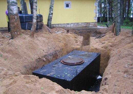 На фото показан процесс монтажа бетонного септика