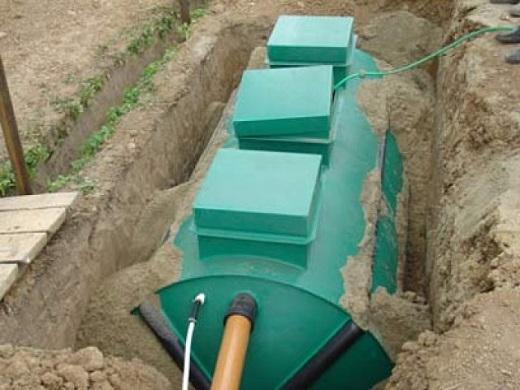 На фотографии показан процесс установки труб к септику Лидер