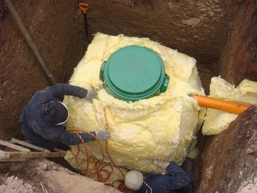 На изображении показано, как проводится теплоизоляция септика