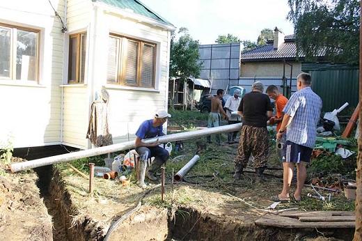 Монтаж канализационных труб при организации ЛОС на фото